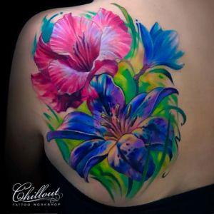 Перекрытие старой татуировки. Цветы на спине.