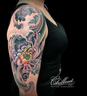 Японская хризантема татуировка на плече