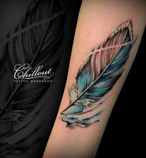 Татуировка перо на руке с усилением контраста