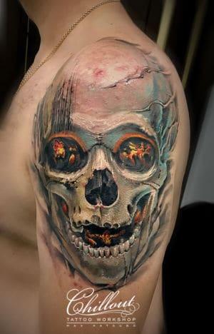 Татуировка череп с лавой на плече