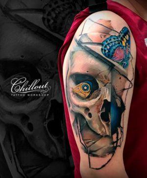 Татуировка череп с бабочками на руке