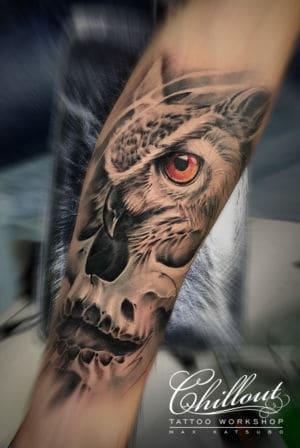 Татуировка сова и череп на руке