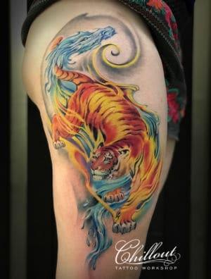 Татуировка тигр и дракон на бедре